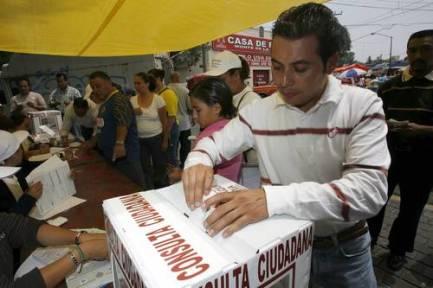 En la ciudad de México, miles de personas acudieron a las mesas receptoras para opinar acerca de la reforma energética
