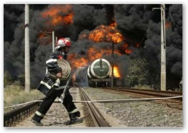 El tren en llamas y uno de tantos bomberos en el lugar