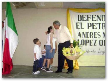Niños saludando a López Obrador en Zaragoza Coahuila