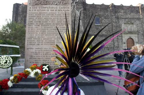 Danza frente al memorial con los nombres de las victimas de la masacre del 2 de octubre de 1968, donde se colocaron ofrendas florales.