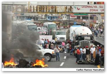 Bloqueo de la autopista México-Cuernavaca, a la altura de Tres Marias. Los maestros se retiraron del lugar luego de que autoridades del estado les prometieron que liberarán a todos los detenidos por la protesta contra la Alianza por la Calidad de la Educación