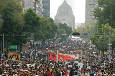 Diversas organizaciones, sindicatos y comités marchan por calles del primer cuadro, con dirección al Zócalo, para conmemorar la matanza del 2 de octubre de 1968.