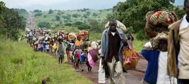 Desplazados camino de la ciudad de Goma para huir de los combates. (Foto Reuters)