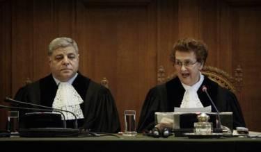 Los jueces de la Corte Internacional de Justicia Awn Shawkat Al-Ahasawneh (vicepresidente) y Rosalyn Higgins (presidenta) Foto AP
