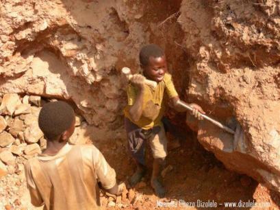 Niños trabajando en una mina de coltán