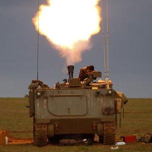 Un blindado dispara hacia Gaza- REUTERS