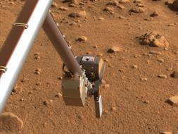 Imagen de archivo del Phoenix Lander inspeccionando la superficie de Marte / AP