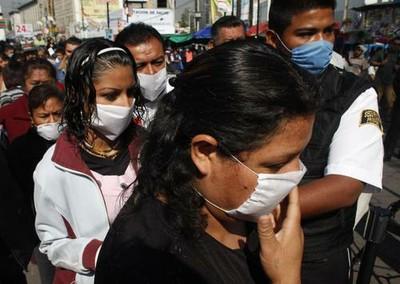 México, DF. Las autoridades recomiendan usar tapabocas, no saludar ni de beso ni de mano y evitar sitios concurridos como medidas preventivas ante el brote de influenza. Ap