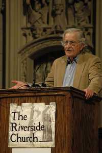 Desde el púlpito de la iglesia Riverside de Nueva York, Noam Chomsky dijo el fin de semana que ante las crisis existentes el sistema neoliberal protege a las minorías opulentas en detrimento de las mayorías. Foto Elizabeth Coll