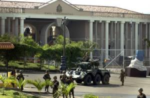 Tegucijalpa. Miembros del Ejército hondureño rodean el palacio presidencial luego de que el mandatario Manuel Zelaya fue arrestado por militares la madrugada de este domingo. Ap