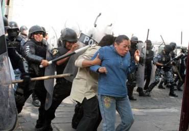 Policias de Puebla utilizaron toletes, escudos y granadas de gas pimienta y mostaza para expulsar a los maestros disidentes que se habían apoderado de las oficinas de las secciones 23 y 51 del Sindicato Nacional de Trabajadores de la EducaciónFoto Rafael García Otero / La Jornada de Oriente