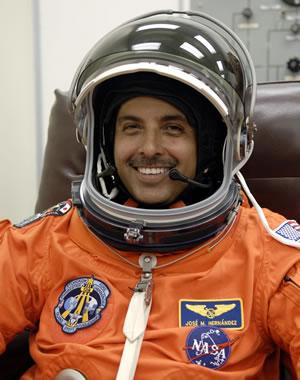 El astronauta de origen mexicano, José Hernández, quien viaja en el transbordador espacial Discovery externó sus buenos deseos para las selecciones de futbol de México y Costa Rica. Foto de El Universal