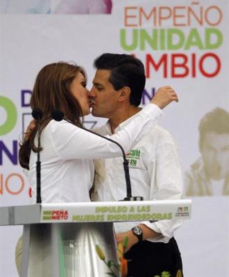 http://pocamadrenews.files.wordpress.com/2012/04/beso-epn-angelica-rivera-telenovela.png