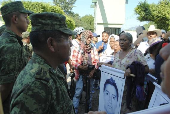 protest-normalistas-iguala-militares